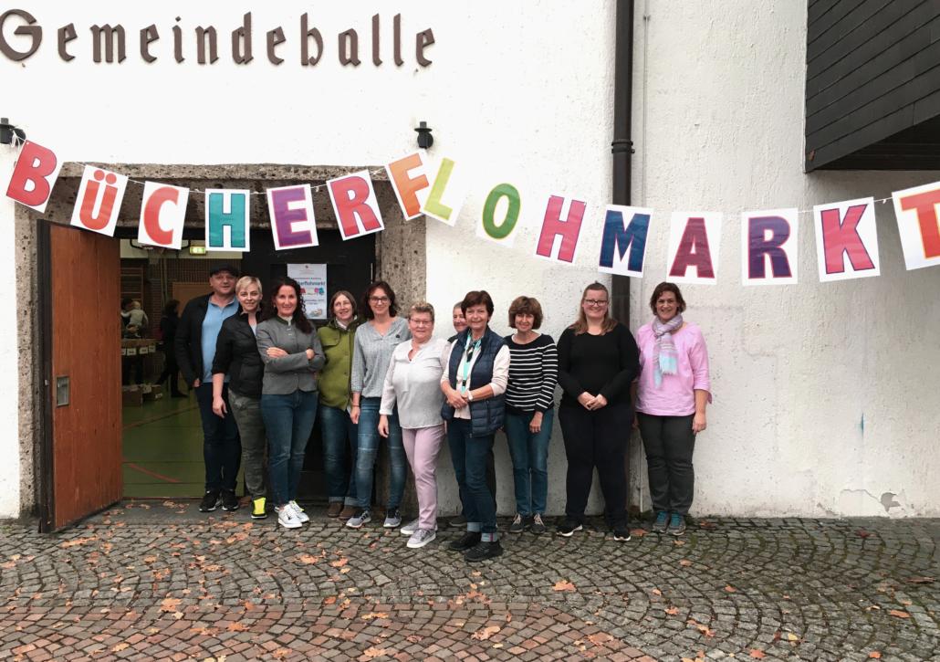 Mitarbeiter des Sozialwerks Raubling e.V. beim Bücherflohmarkt 2019
