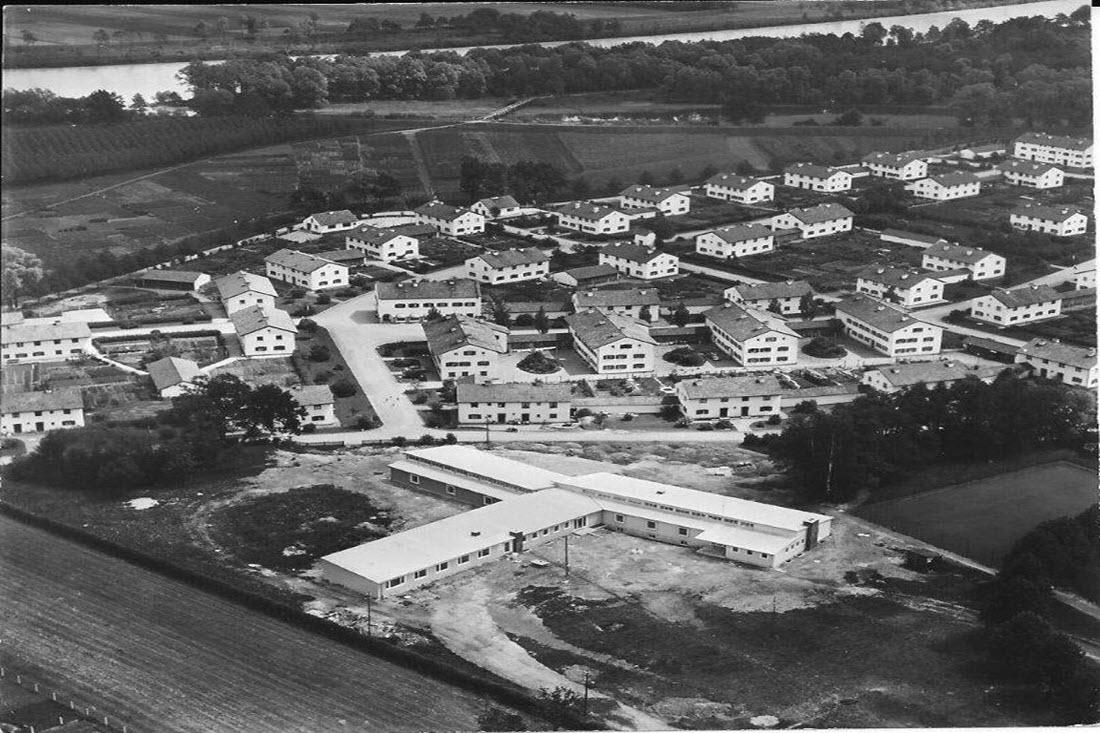 Historische Schwarz-Weiß-Luftaufnahme der PWA-Siedlung in Raubling