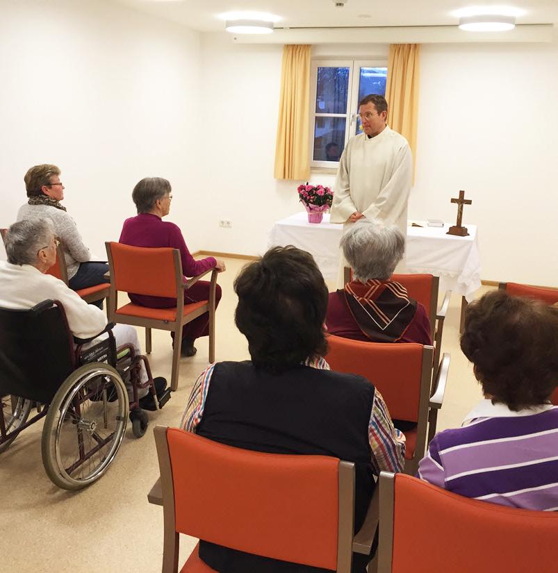 Gruppe von Gottesdienstbesuchern in den Räumen der Tagespflege