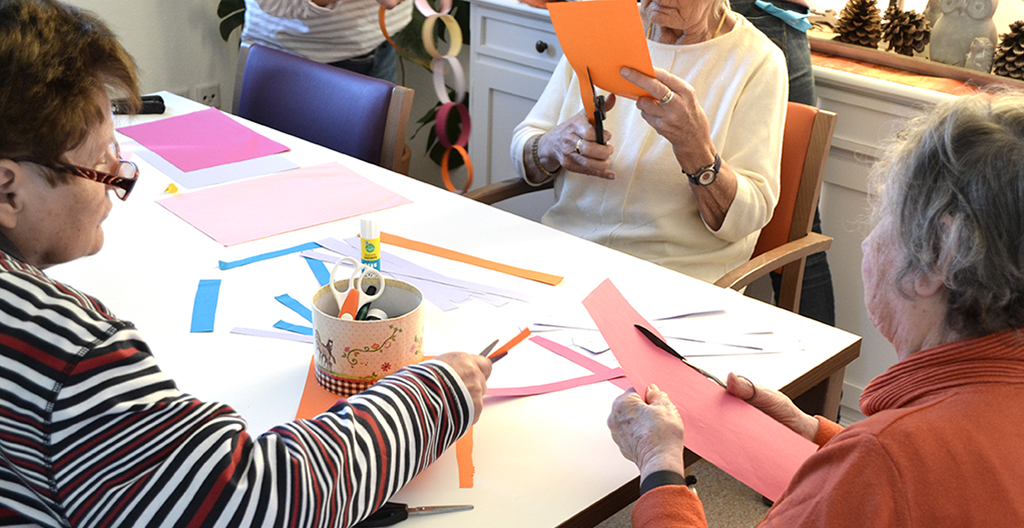 Bastelgruppe der Tagespflege in Raubling bei Papierarbeiten