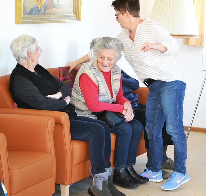 Senioren auf dem Sofa in der Tagespflege Raubling